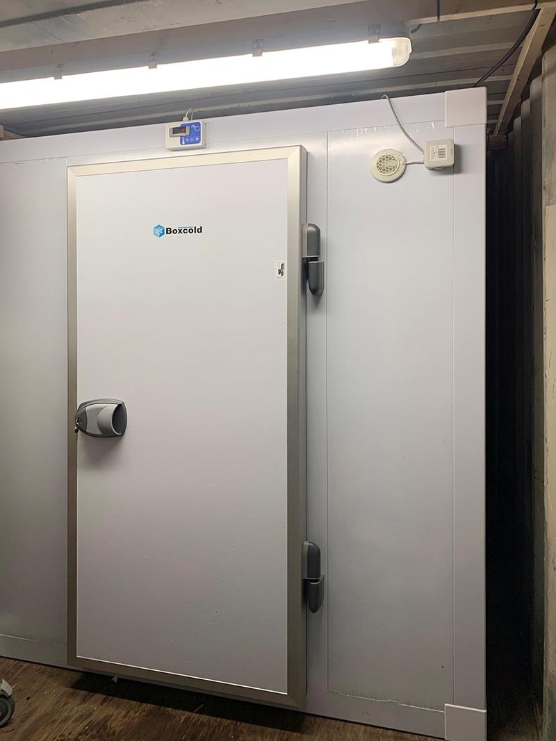sizzling-kitchen-freezer-room-with-u-shape-racking-01