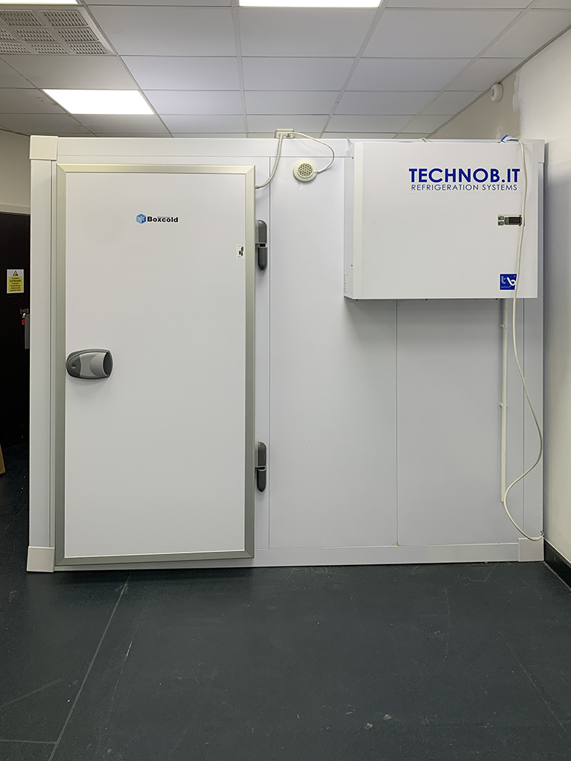 freezer-room-with-straddle-unit-at-diamond-hanger-in-stansted-03